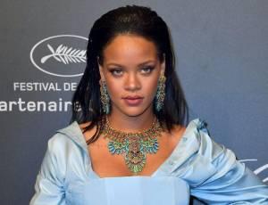 Captan a Rihanna en intimidad con misterioso hombre