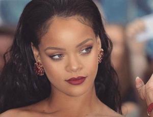 Critican uso de Photoshop en foto de Rihanna vistiendo traje temático