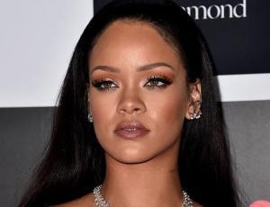 Rihanna lleva la tendencia oversize al extremo en sus pantalones