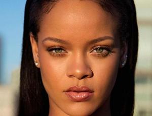 Rihanna lanza línea de maquillaje en la NYFW vistiendo de amarillo