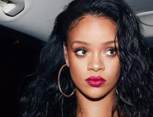 Mucho Burberry, sandalias y calcetines: el excesivo look de Rihanna