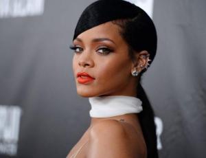 El estrafalario look de Rihanna en el aeropuerto de Los Angeles