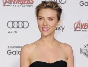Scarlett Johansson invitó a beber a la abuela que se parece a ella