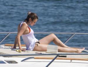 Selena Gomez respondió a la filtración de sus fotos en bikini