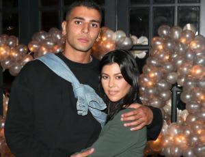 Captan a novio de Kourtney Kardashian muy acaramelado con otra chica
