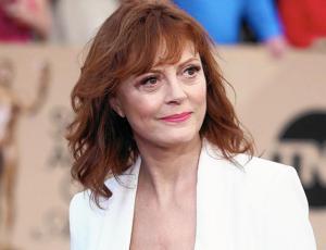 Actriz Susan Sarandon luce abultado escote en Cannes a los 70 años de edad