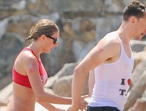 """Tom Hiddleston explica por qué usó la famosa polera que decía """"Amo a Taylor Swift"""""""