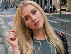 El look sobrio de Vesta Lugg en la alfombra roja de los Billboard