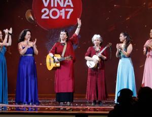 Homenaje a Violeta Parra en la obertura del festival se llena de críticas en Twitter