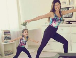 Vivi Rodrigues practica Yoga con su hija de cuatro años