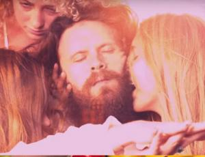 "Lana del Rey y Father John Misty sacan sensual video musical ""Freak"""