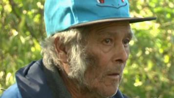 ¡Abuelo vivió 2 meses en un tubo de desagüe!