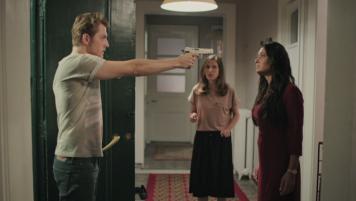 Capítulo 48 / Ozan amenaza a Gülseren con un arma