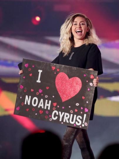 Miley Cyrus apoyando a su hermana.