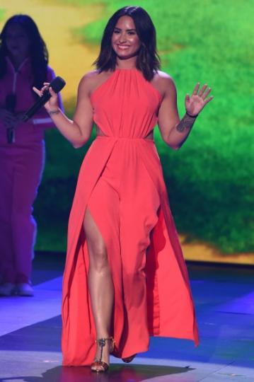 Demi Lovato perfecta de rosado.